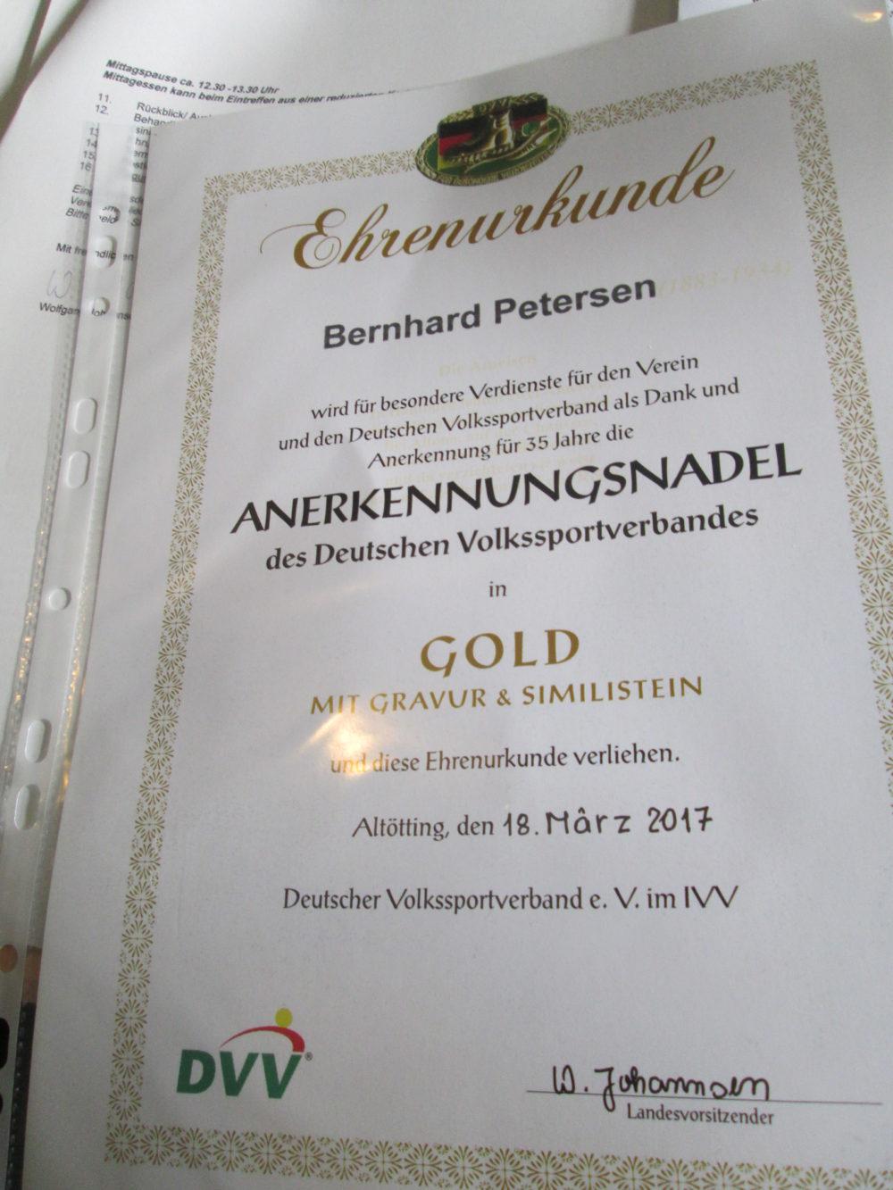 Ehrenurkunde für 35 Jahre ehrenamtliche Tätigkeit im Wanderverein