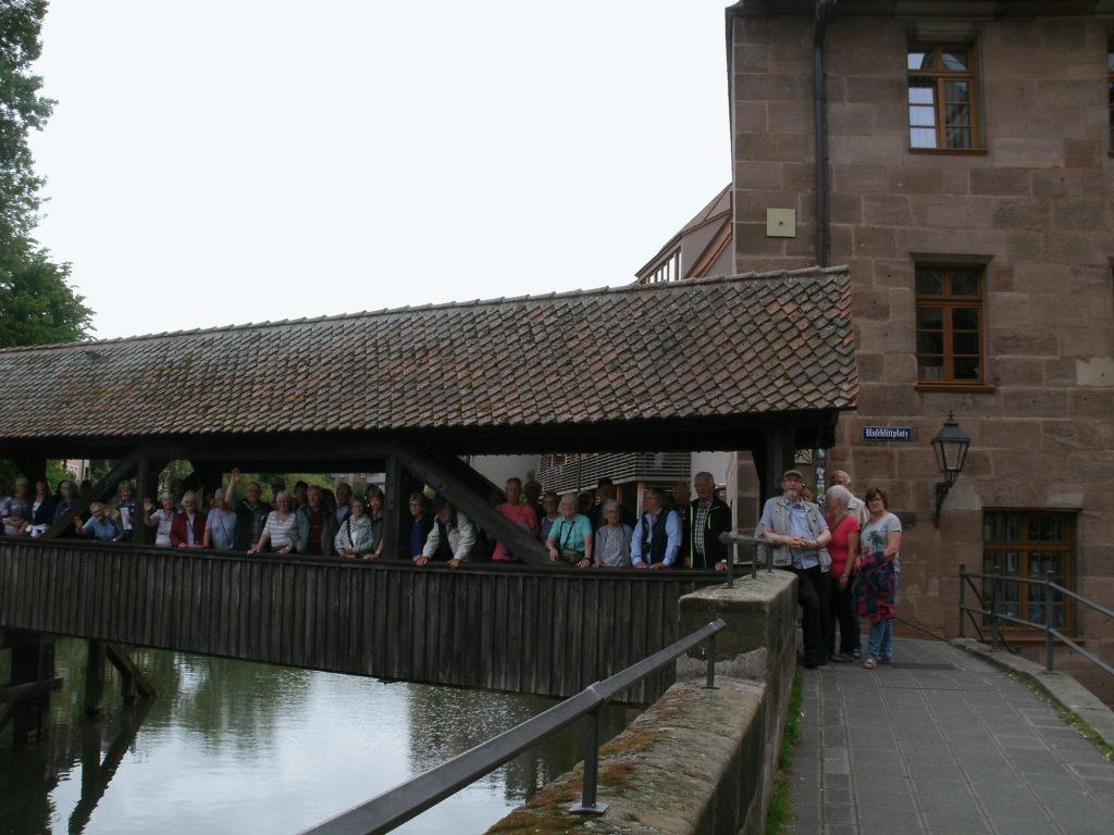 Gruppenfoto auf Brücke